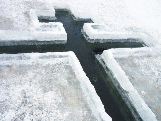 Кузбассовцам разрешили нырять в прорубь на Крещение