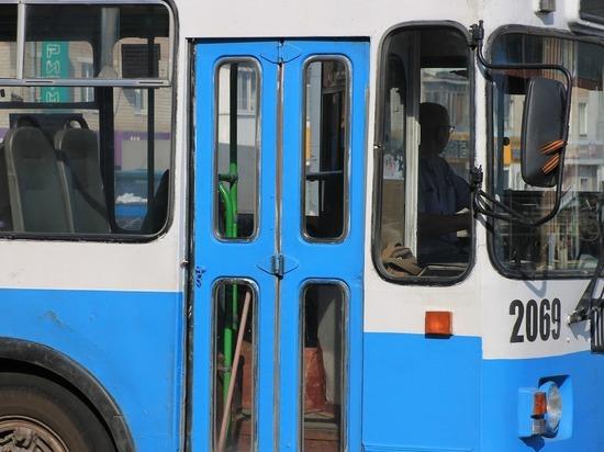 В Челябинске троллейбус влетел в металлическое ограждение, есть пострадавшая