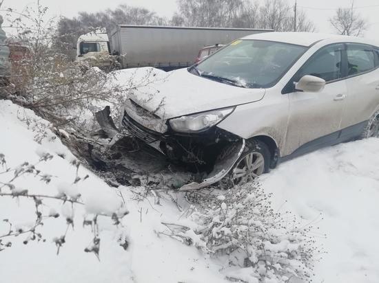 В Рязани «Хендэ» врезалась в металлический забор, пострадали двое