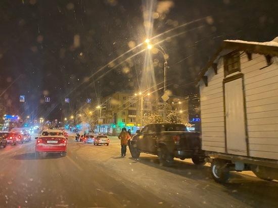 Полицейские остановили на дороге в Твери рождественский домик