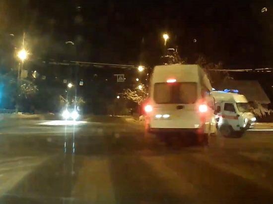 Опубликовано видео, как микроавтобус протаранил «скорую» в Твери