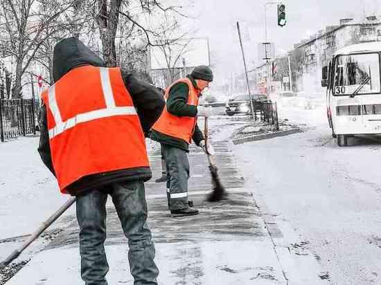 В Биробиджане чистят дороги от снега