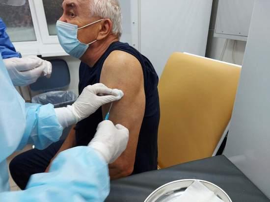 В Новом Уренгое от коронавируса стали прививаться пенсионеры
