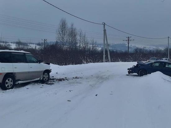 Две иномарки столкнулись лоб в лоб в кузбасском городе
