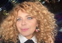 Российская актриса театра и кино Ирина Пегова опубликовала на своей странице в Instagram фото в советской пилотке с ярким макияжем
