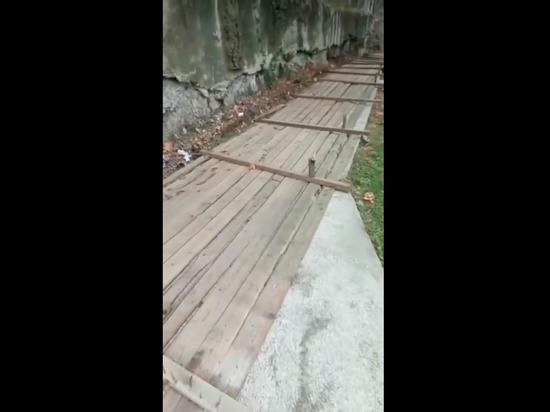 В Корчагинском сквере Сочи обрушилась опорная стена