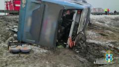 В Ростовской области сильный ветер сдул с трассы пассажирский автобус