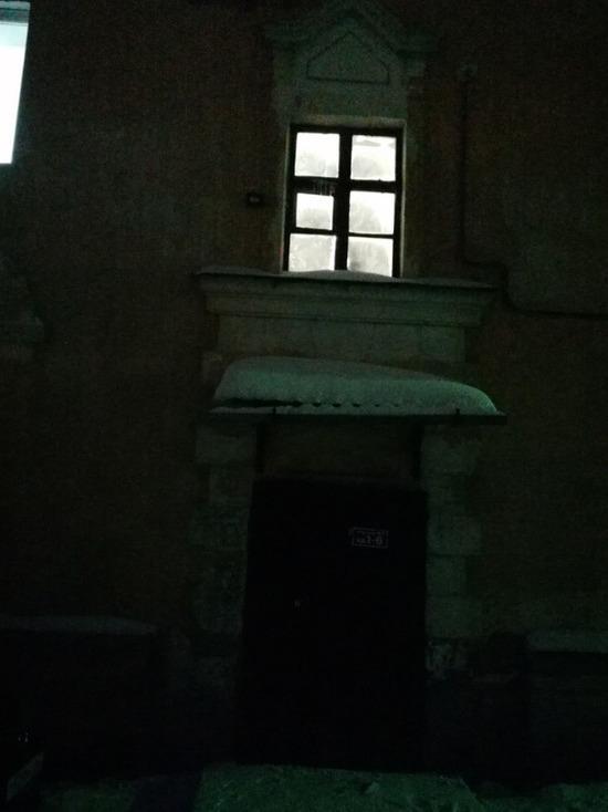 Кузбассовцы пожаловались на погруженный во тьму двор