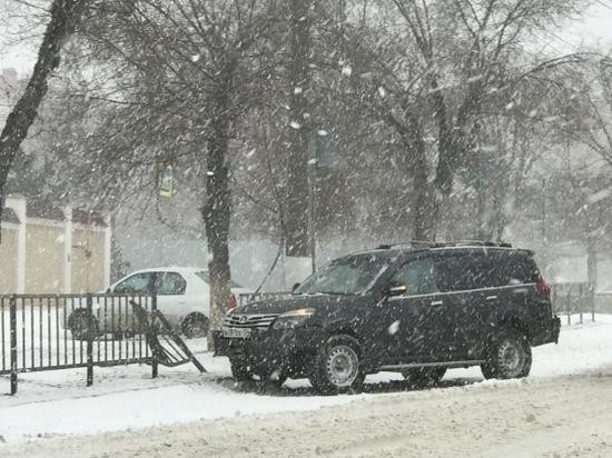 Снегопад спровоцировал в Волгограде ДТП и многочисленные пробки