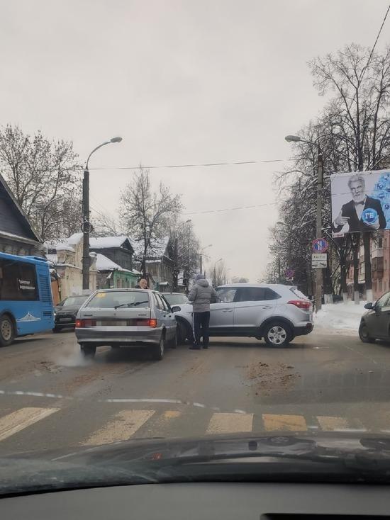 На перекрёстке в Твери два автомобиля столкнулись и загородили проезд
