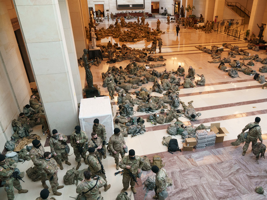 Фото из Конгресса США с нацгвардейцами на полу поразило публику
