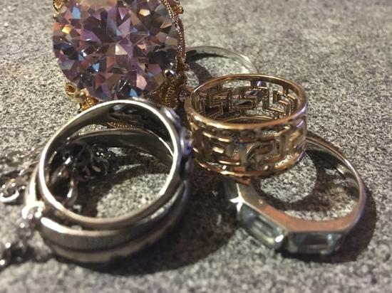 У смолянки бывшая продавец украла золота на 48000 рублей