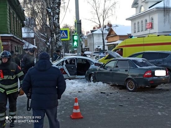 Тойота, Фольксваген, Лада и столб: в Костроме произошло крупное ДТП