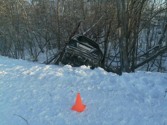 Машина попала в кювет на Колыме: два человека пострадали