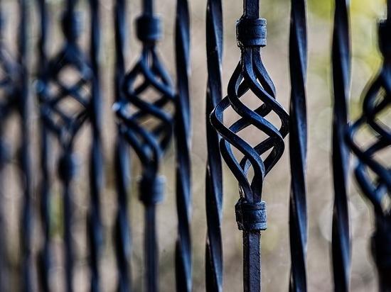 В селе Нежинка жильцы многоквартирного дома огородили забором часть автомобильной дороги
