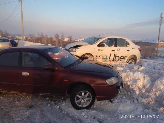 В Челябинске мужчина на иномарке въехал в такси, пострадала девушка