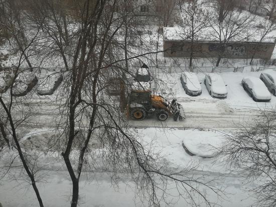 Лучше поздно, чем никогда: в Оренбурге в ночь на Старый новый год активно чистили снег
