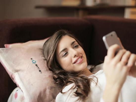 Эксперт рассказал, почему опасно спать с телефоном под подушкой