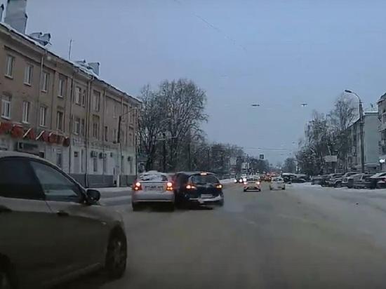 Опубликовано видео ДТП на проезде Дарвина в Твери