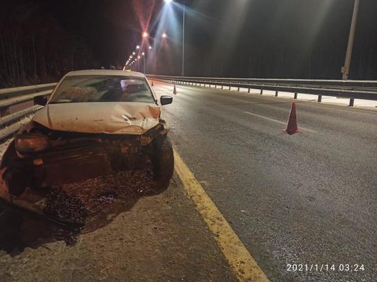 На М-11 в Тверской области водитель иномарки врезался в металлическое ограждение