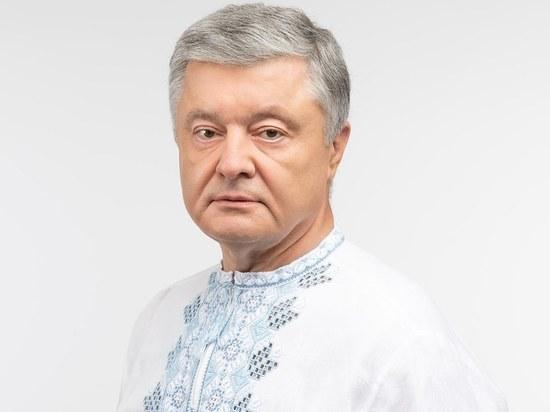 Бывший президент Украины Петр Порошенко угодил с женой в скандал, когда находился аэропорту после возвращения с отдыха с Галапагосских островов, видео появилось в Telegram-канале «Карточный офис»