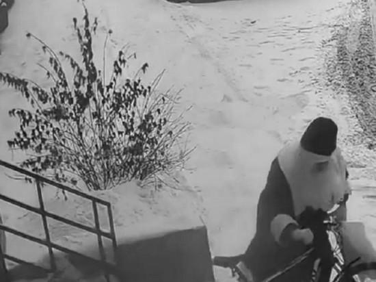 Вор в костюме Деда Мороза украл велосипед из подъезда