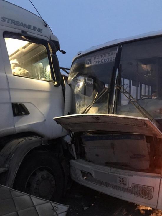 В Вологодской области пассажирский автобус столкнулся с фурой жителя Тверской области