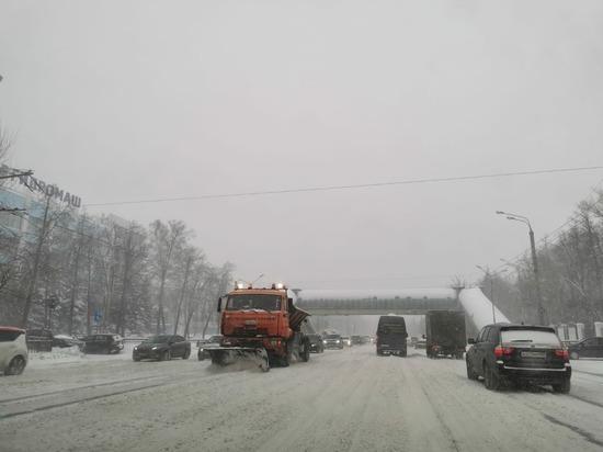 Более 300 единиц спецтехники вышли на дороги областного центра