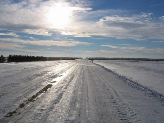На омских дорогах продолжаются работы по устранению наледи