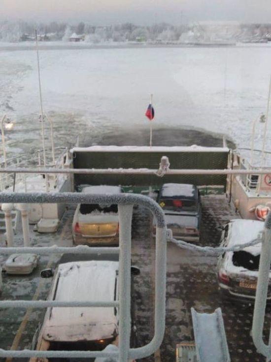 В Ленобласти зажало льдами пассажирский паром