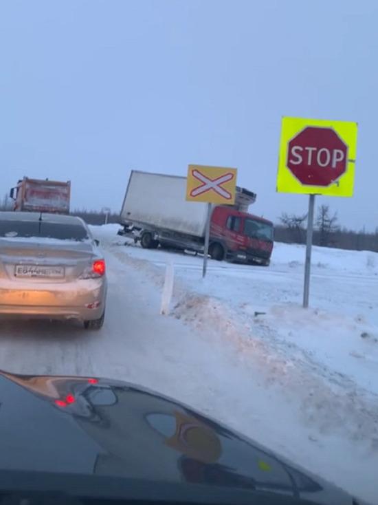 В Новом Уренгое грузовик вылетел с дороги