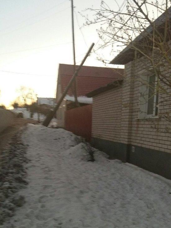 В Тверской области электрический столб навис над участком