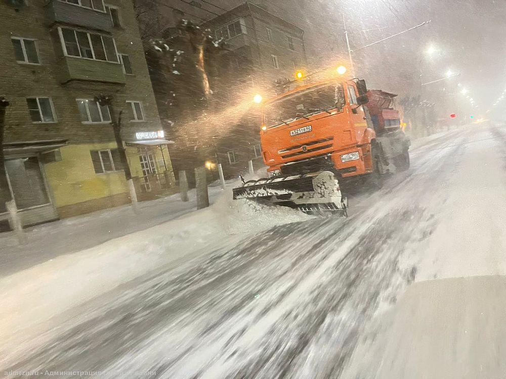 Бойцы невидимого фронта: ночью четыре колонны машин убирали снег в Рязани