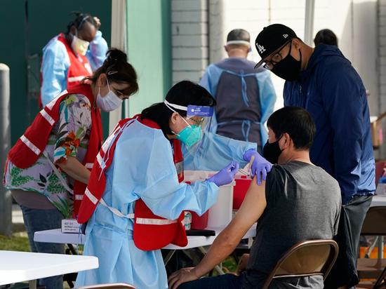 Центры по контролю и профилактике заболеваний США (CDC) совместно с компанией Pfizer начали расследование смерти врача из Майами, который скончался от редкого заболевания крови спустя несколько недель после прививки от COVID-19