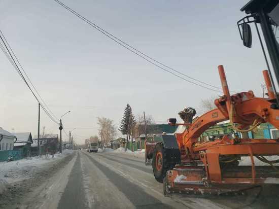 В Омске продолжают чистить дороги
