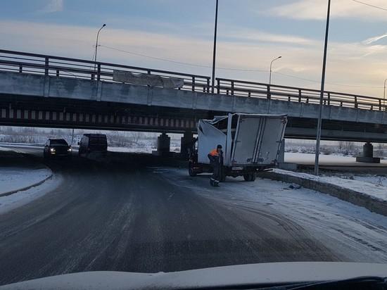 """Знаменитый путепровод на Софийской улице в Санкт-Петербурге, известный как """"мост глупости"""", остановил 200-й по счету не сумевший протиснуться под ним фургон"""