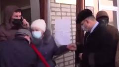Депутаты подрались с народом на крыльце администрации: кадры схватки