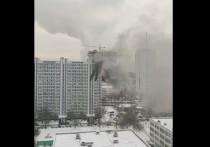 В одной из квартир многоэтажного дома на северо-западе Москвы начался пожар, в помещении остаются люди