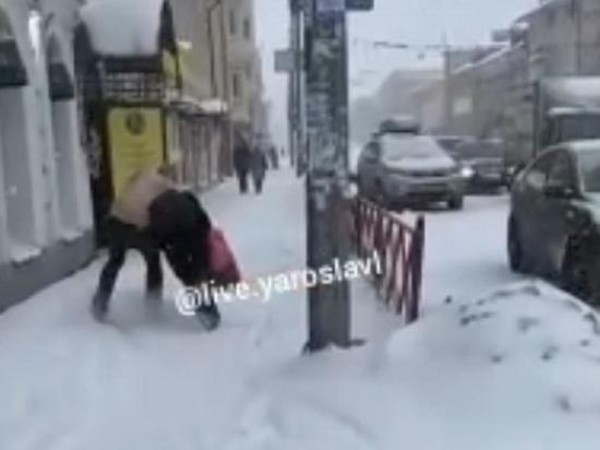 На центральной улице Ярославля голый мужчина пытался задушить девушку