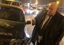 Известный шоумен Стас Барецкий попал в аварию на Воскресенской набережной в Петербурге, пострадала находившаяся в его машине пассажирка