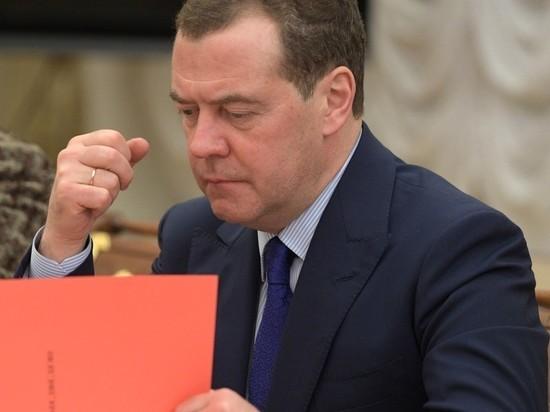 "Медведев объяснил причину ""нарушений"" на выборах президента США"