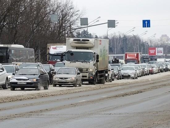 Московских водителей призвали к осторожности из-за гололеда и заносов