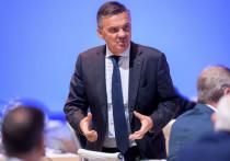 Рене Фазель, кажется, уже не будет так уверен, что сможет провести ЧМ-2021 по хоккею в Белоруссии. Еще три дня назад, президент IIHF уверял, что хоккейный турнир в Минске не должен быть отменен из-за политических беспорядков, но после ультиматума спонсоров Фазель свое мнение поменял.