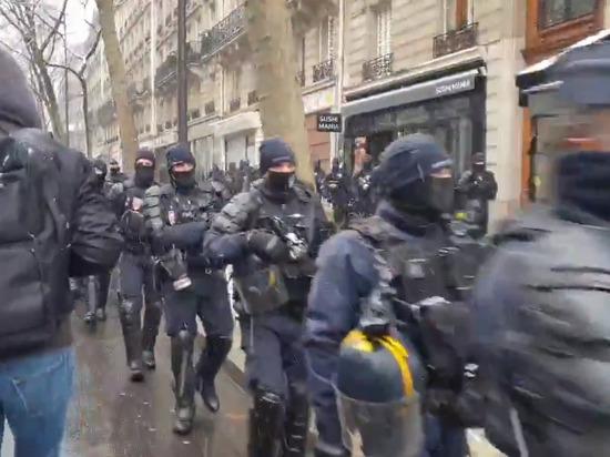 Во время протестов во Франции пострадали 12 полицейских