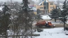 Крым завалило снегом: в городах и на трассах работают снегоуборочные машины