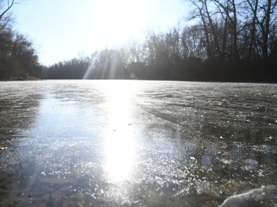 Под Волгоградом провалился под лед и утонул рыбак