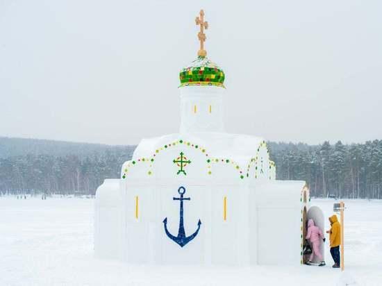 На озере Тургояк построили ледяную часовню