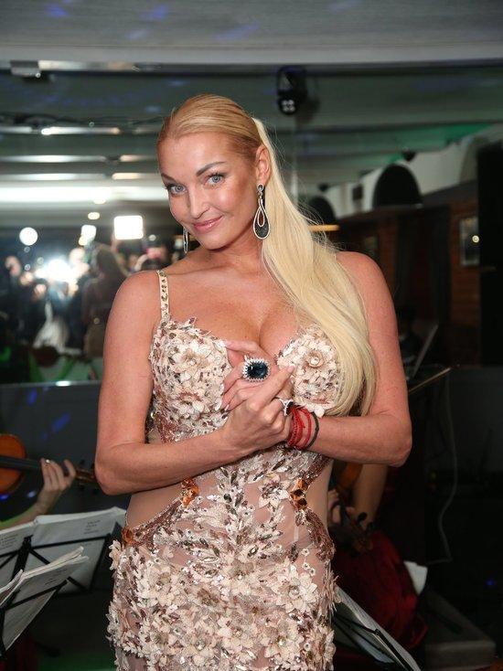 44-летняя российская балерина, общественная деятельница и блогер Анастасия Волочкова решила похвастаться перед поклонниками своей работой по совершенствованию фигуры