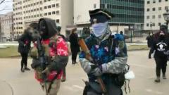В Мичигане сторонники Трампа пришли с оружием к зданию парламента