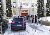 Возле Головинского районного суда Москвы, где сегодня планируется оглашение приговора аспиранту МГУ Азату Мифтахову, собираются журналисты и сочувствующие. У здания выставлены заграждения, и полицейские пытаются отрегулировать поток людей.